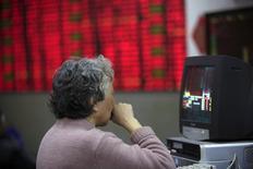 Una inversor mira información bursátil en la pantalla de un computador, en una coreduría en Shanghái, China, 14 de marzo de 2016. Las acciones chinas subieron el lunes después de que el proveedor estatal de préstamos de margen anunció la reanudación de una parte de su negocio de créditos a corto plazo y redujo los costos de endeudamiento para las corredurías. REUTERS/Aly Song