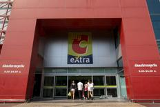 Les actionnaires du groupe thaïlandais Berli Jucker (BJC) ont approuvé le rachat du groupe d'hypermarchés Big C Supercenter au français Casino pour 3,1 milliards d'euros, selon des sources financières. Cette opération n'a pas dissuadé l'agence Standard & Poor's d'annoncer lundi la dégradation de la note de crédit de Casino en catégorie spéculative. /Photo prise le 4 mars 2016/REUTERS/Athit Perawongmetha