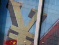 Una bandera nacional de China se reflejan en la publicidad de un banco comercial que muestra el signo del Yuan, en un distrito financiero en Pekín, China, 21 de enero de 2016. El regulador bancario de China instó a los prestamistas del país a evitar los dividendos extraordinarios y a limitar su exposición a deuda de los gobiernos locales, dijeron el lunes a Reuters dos fuentes con conocimiento directo del asunto. REUTERS/Kim Kyung-Hoon