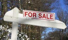 Un cartel afuera de una casa en venta, en Annandale, Virginia. 24 de enero de 2016. Las ventas de casas usadas en Estados Unidos cayeron con fuerza en febrero, en una señal potencialmente preocupante para la economía de Estados Unidos, que se había mostrado resiliente ante la desaceleración de la economía global. REUTERS/Hyungwon Kang/Files