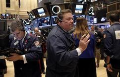 Operadores trabajando en la Bolsa de Nueva York. 23 de febrero de 2016. Los rendimientos de los bonos del Tesoro de Estados Unidos subían el lunes, luego de que dos funcionarios de la Reserva Federal ofrecieron proyecciones alcistas sobre la inflación y a medida que los inversores se preparaban para nuevas subastas de deuda corporativa. REUTERS/Brendan McDermid/files