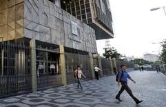 People leave the headquarters building of Petroleo Brasileiro S.A. (PETROBRAS) in Rio de Janeiro, Brazil, March 21, 2016. . REUTERS/Sergio Moraes