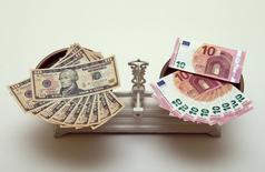 Доллары и евро на весах. Доллар удерживает позиции во вторник, восстанавливаясь вторую сессию подряд после того как чиновники ФРС поддержали идею роста ключевой ставки в ближайшее время. REUTERS/Heinz-Peter Bader (AUSTRIA  - Tags: BUSINESS)