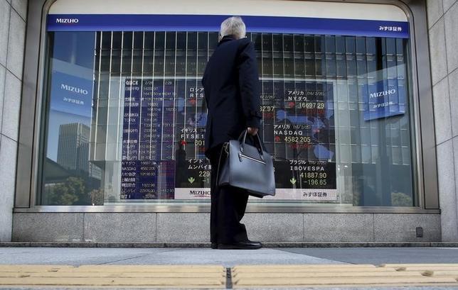 3月22日、東京株式市場で日経平均は5日ぶりの反発となった。写真は株価を眺める男性。都内で2月撮影(2016年 ロイター/Yuya Shino)