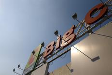 Casino est l'une des valeurs à suivre mardi à la Bourse de Paris au lendemain de la cession de sa participation dans Big C Supercenter, coté en Thaïlande, pour 3,1 milliards d'euros, permettant un désendettement de 3,3 milliards, avec une plus-value de 2,4 milliards. /Photo prise le 4 mars 2016/REUTERS/Athit Perawongmetha