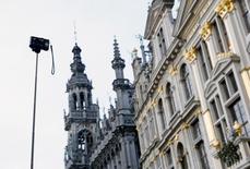 Турист делает селфи на центральной площади Брюсселя Гран-Плас. 30 декабря 2015 года. Акции европейских туристических фирм и авиакомпаний упали после появления новостей о взрывах в аэропорту Брюсселя - одном из крупнейших транспортных узлов Европы - во вторник утром. REUTERS/Francois Lenoir