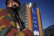 Бельгийский солдат охраняет здание Еврокомиссии в Брюсселе. 26 ноября 2015 года. Еврокомиссия закрыла свою штаб-квартиру в Брюсселе на вход и выход во вторник после взрывов в аэропорту бельгийской столицы и на одной и возможно двух станциях метро вблизи зданий ЕС, написал в твиттере вице-президент комиссии по персоналу. REUTERS/Benoit Tessier