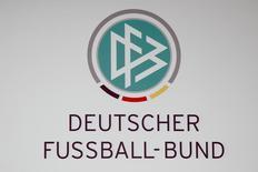 Логотип Немецкого футбольного союза (DFB) в зале, где пройдет пресс-конференция DFB, во Франкфурте-на-Майне, 4 марта 2016 года. Комитет по этике ФИФА начал судебное разбирательство в отношении шести бывших руководителей DFB, включая Франца Беккенбауэра, касательно получения Германией права провести чемпионат мира по футболу 2006 года, сообщил главный руководящий орган мирового футбола во вторник. REUTERS/Kai Pfaffenbach