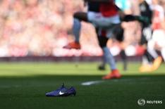 """Бутса Nike на газоне стадиона во время матча """"Арсенала"""" и """"Уотфорда"""" в Кубке Англии в Лондоне 13 марта 2016 года. Квартальная выручка Nike не оправдала ожиданий аналитиков в связи со снижением продаж на некоторых зарубежных рынках под влиянием сильного доллара.  Action Images via Reuters / Tony O'Brien"""