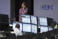 Трейдеры в помещении фондовой биржи во Франкфурте-на-Майне 24 июля 2012 года. Европейские фондовые рынки растут на торгах среды, стабилизировавшись после отскока на предыдущей сессии в связи с новостями о взрывах в Брюсселе, главным образом, благодаря акциям Credit Suisse.   REUTERS/Alex Domanski