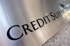 El logo de Credit Suisse visto en el exterior de su sede en Nueva York, 1 de septiembre de 2015. Credit Suisse Group anunció el miércoles recortes de costos adicionales por un valor de 800 millones de francos suizos (821 millones de dólares) y planes para reducir aún más su banca de inversión, en momentos en que impulsa un plan de reestructuración destinado a revitalizar sus ganancias. REUTERS/Mike Segar