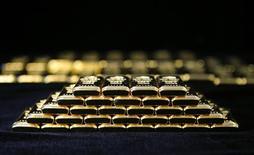 Слитки золота на заводе 'Oegussa' в Вене. 18 марта 2016 года. Цены на золото в среду упали на фоне усиления доллара после комментариев представителей ФРС о решимости поскорее повысить ставку. REUTERS/Leonhard Foeger