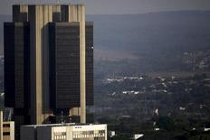 La sede del Banco Central de Brasil en Brasilia, sep 23, 2015. Brasil anotó un déficit de cuenta corriente de 1.919 millones de dólares en febrero, menos que el saldo negativo de 4.817 millones de dólares de enero, pero más a lo previsto por el mercado, mostraron datos del Banco Central publicados el miércoles.  REUTERS/Ueslei Marcelino