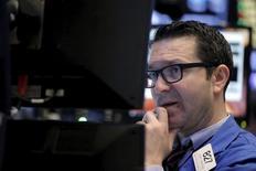 Трейдер на фондовой бирже в Нью-Йорке. 22 марта 2016 года. Фондовые индексы США немного снизились в начале торгов среды под давлением акций энергетического сектора и сектора материалов, так как инвесторы сохраняют осторожность, через день после атак в Брюсселе и в преддверии выходного в Страстную пятницу. REUTERS/Brendan McDermid