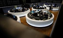 A la veille d'un long week-end pascal, les principales Bourses européennes reculaient de quelque 1% jeudi dans les premiers échanges, succombant comme les places asiatiques et Wall Street avant elles, au repli généralisé des cours des matières premières déclenché par la vigueur du dollar.  L'indice CAC 40 perdait 1,19% et le DAX 0,82% vers 09h30. /Photo d'archives/REUTERS/Kai Pfaffenbach