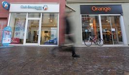 Le ministère de l'Economie aurait accepté que Bouygues prenne 12% du capital d'Orange en échange de l'apport de Bouygues Telecom à l'opérateur historique, selon BFM Business. /Photo d'archives/REUTERS/Vincent Kessler