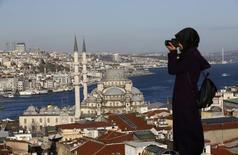 Женщина фотографирует в Стамбуле 12 января 2016 года. Взрывы в Стамбуле, ссора с Кремлём и бедственное положение российского среднего класса - все эти факторы внесли свой вклад в неприятности туристической отрасли Турции и всей экономики страны.  REUTERS/Murad Sezer