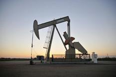 Una unidad de bombeo de crudo operando cerca de Guthrie, Oklahoma. 15 de septiembre de 2015. Los precios del crudo caían por debajo de los 40 dólares por barril el jueves e iban camino a sufrir su mayor declive semanal en dos meses, arrastrados por los elevados inventarios de petróleo de Estados Unidos y la fortaleza del dólar. REUTERS/Nick Oxford