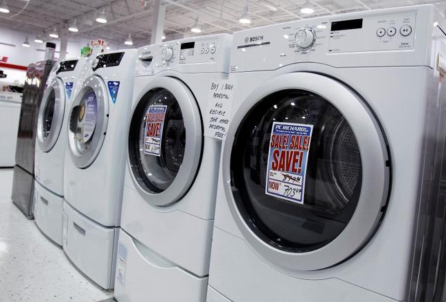 3月24日、2月の米耐久財受注が2.8%減った。写真はニューヨークの店頭に並ぶ洗濯機や乾燥機。2010年7月撮影(2016年 ロイター/Shannon Stapleton)