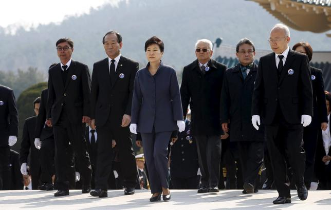 South Korean President Park Geun-Hye (C) attends a memorial ceremony on the first West Sea (Northern Limited Line) Defense Day at the Daejeon National Cemetery in Daejeon, South Korea, March 25, 2016. REUTERS/Jeon Heon-Kyun/Pool