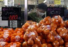 Les prix à la consommation au Japon sont restés stables en rythme annuel au mois de février, sous l'effet de la faiblesse des coûts de l'énergie et de la consommation. /Photo prise le 25 février 2016/REUTERS/Yuya Shino