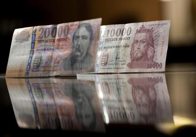 3月23日、ハンガリー国立銀行が22日、中欧諸国および新興国として初めてマイナス金利政策の仲間入りをした。写真はハンガリー・フォリント紙幣。ブタペストで2014年2月撮影(2016年 ロイター/Bernadett Szabo)