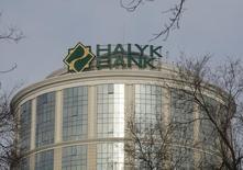Штаб-квартира Халык-Банка в Алма-Ате. 16 февраля 2016 года. Второй по величине активов в Казахстане Халык-Банк не будет выплачивать дивиденды за 2015 год, сообщил банк в пятницу. REUTERS/Shamil Zhumatov