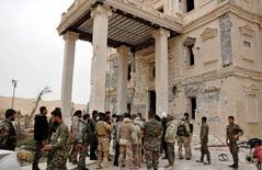 Солдаты правительственной армии на окраине Пальмиры. 24 марта 2016 года. Сирийская армия в пятницу взяла под контроль древнюю крепость Пальмиры, расположенную над руинами античного города, сообщили государственные СМИ и мониторинговая группа. REUTERS/SANA/Handout via Reuters