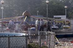 Криминалисты ищут улики на месте взрыва в Лахоре.  Пакистан намерен развернуть специальную операцию военизированных подразделений в провинции Пенджаб, самой густонаселённой и богатой области страны, где в воскресенье произошёл взрыв смертника, унесший жизни 70 человек, сообщили Рейтер источники в правительственных и военных кругах страны. REUTERS/Mohsin Raza