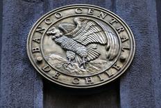 El emblema del Banco Central de Chile, en su entrada principal en el centro de Santiago. 25 de agosto de 2014. El Banco Central de Chile recortó el lunes su cálculo de crecimiento económico para este año a un rango de 1,25 a 2,25 por ciento, en medio de señales de una mayor moderación en el retiro parcial de su estímulo monetario para apoyar el repunte de la actividad. REUTERS/Ivan Alvarado