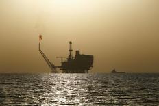Нефтяная платформа на месторождении Bouri у берегов Ливии 3 августа 2015 года. Откат котировок нефти Brent с отметки $40 вывел российские фондовые индексы к минимальным значениям сессии к концу дня, а объемы торгов свидетельствуют о низкой активности игроков в выходной для некоторых западных рынков день. REUTERS/Darrin Zammit Lupi