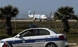 Угнанный самолет EgyptAir в аэропорту Ларнаки 29 марта 2016 года. Большинство людей, находившихся на борту захваченного неизвестным мужчиной и приземлившегося на Кипре лайнера EgyptAir, освобождены в результате переговоров, сообщила авиакомпания. REUTERS/Yiannis Kourtoglou