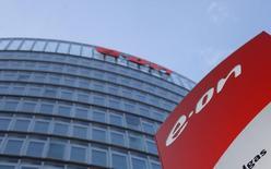 Le groupe allemand E.ON a annoncé mardi un accord avec le russe Gazprom sur une réduction des prix des contrats d'approvisionnement de gaz à long terme, ce qui lui permet de relever ses objectifs de résultats cette année. /Photo prise le 9 mars 2016/REUTERS/Ina Fassbender