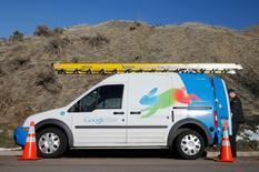 Un técnico de Google se prepara para instalar el servicio Google Fiber en un hogar en Provo, Utah, 2 de enero de 2014. El servicio de internet de alta velocidad de Alphabet Inc, Google Fiber, implementará una operación de llamadas para el hogar con el nombre de Fiber Phone, dijo el martes la compañía. REUTERS/George Frey