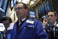Las bolsas estadounidenses subían el miércoles tras la apertura de sesión, impulsadas por menores preocupaciones sobre el ritmo de alzas de tipos de interés que aplicará la Reserva Federal este año, después de los comentarios de la presidenta de la entidad, Janet Yellen, que pusieron énfasis en la cautela. En la imagen, operadores en la Bolsa de Nueva York, el 28 de marzo de 2016. REUTERS/Brendan McDermid