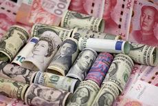 Банкноты разных стран.  Доллар просел до минимального значения к евро почти за семь недель в среду, так как миролюбивые комментарии главы Федрезерва США Джанет Йеллен развеяли ожидания нового повышения ставки. REUTERS/Jason Lee