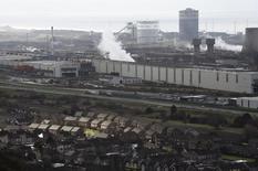 El plan de Tata Steel para vender su negocio británico de fabricación de acero ha elevado las expectativas de una consolidación largamente esperada en el sector siderúrgico europeo, aquejado desde hace años de un exceso de capacidad. En la imagen, una vista general de la fábrica de Tata en Port Talbot, Gales, el 30 de marzo de 2016. REUTERS/Rebecca Naden