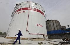 Резервуар на нефтеперерабатывающем заводе Sinopec в Китае. Цены на нефть растут, поскольку аналитики впервые за 10 месяцев повысили прогноз цен на год. REUTERS/Stringer/Files