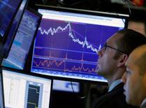 Les dividendes cumulés des sociétés du Standard & Poor's-500 ont diminué au premier trimestre par rapport aux trois mois précédents, mettant fin à une série de sept trimestres où ils avaient atteint des records, selon des données de S&P Dow Jones Indices. Le paiement cumulé a été de 11,04 dollars par action sur les trois premiers mois de 2016 contre 11,35 au quatrième trimestre 2015, un recul dû essentiellement aux sociétés du secteur de l'énergie. /Photo d'archives/REUTERS/Brendan McDermid