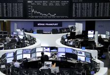 Las bolsas europeas alcanzaron el viernes mínimos de un mes en el primer día del segundo trimestre, cuando Zurich Insurance caía con fuerza después de que sus acciones se cambiaran sin el atractivo de su último pago de dividendos, y las acciones de energía acusaran el debilitamiento de los precios del petróleo. En la imagen, operadores en la Bolsa de Fráncfort, el 24 de marzo de 2016. REUTERS/Staff/Remote