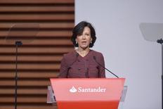 Banco Santander cerrará unas 450 pequeñas oficinas en España, lo que supone un 13 por ciento del total de sucursales en el país, según un documento interno del consejero delegado de la entidad a la que tuvo acceso Reuters el viernes.  En la imagen, Ana Botin, presidenta de Banco Santander, en la junta anual de accionistas en Santander, el 18 de marzo de 2016. REUTERS/Vincent West