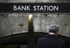 Станция метро Банк в лондонском Сити.  Если британцы проголосуют за выход из ЕС, финансовый центр Лондона - Сити - может потерять один из самых значительных источников дохода - торговлю деривативами на триллионы евро, а ЕЦБ будет изо всех сил пытаться вернуть бизнес в прежнее русло. REUTERS/Toby Melville
