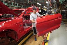 Un trabajador ensambla un auto Ford Mustan en la planta de ensamblaje de Ford Motor en Flat Rock, Michigan, 20 de agosto de 2015. El sector manufacturero de Estados Unidos reanudó en marzo su senda de crecimiento apoyado por el segmento de nuevos pedidos, mostró el viernes un informe. REUTERS/Rebecca Cook/Files