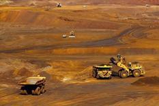 Железорудный рудник Christmas Creek компании Fortescue Metals Group, расположенный к югу от города Порт-Хедленд в регионе Пилбара в Западной Австралии. 17 ноября 2015 года. Один из крупнейших производителей стали в России Магнитогорский меткомбинат, которому принадлежит около 5 процентов крупного австралийского производителя железной руды Fortescue, собирается избавляться от его акций, продавая их маленькими частями, сказал в понедельник гендиректор ММК Павел Шиляев журналистам. REUTERS/Jim Regan