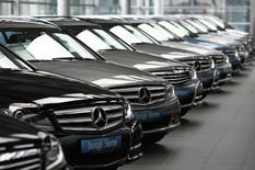Les ventes de voitures sont restées stables en Allemagne en mars, pénalisées entre autres par les congés de Pâques, a annoncé lundi la fédération sectorielle VDA.  /Photo d'archives/REUTERS/Michaela Rehle