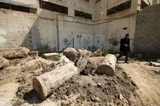 Un hombre camina junto a ruinas antiguas que arqueólogos dice serían parte de una iglesia o catedral bizantina de hace unos 1.500 años en Gaza, 4 de abril de 2016. REUTERS/Mohammed Salem