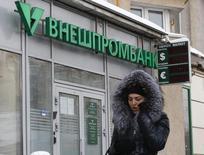 Женщина у отделения Внешпромбанка в Москве. 21 января 2016 года. Крупнейший в РФ портовый оператор Группа НМТП получил чистый убыток по международным стандартам в 2015 году, в первую очередь из-за обесценения депозитов во Внешпромбанке, следует из отчета оператора. REUTERS/Sergei Karpukhin