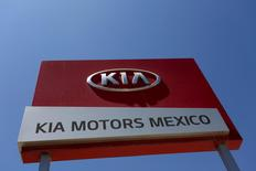 A sign of Kia Motors is seen at the manufacturing plant in Pesqueria, on the outskirts of Monterrey, Mexico, April 3, 2016. REUTERS/Daniel Becerril  - RTSDEER