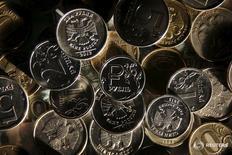 Рублевые монеты. Рубль достиг недельного дна в начале биржевых торгов вторника на фоне снижения базовых нефтяных марок к новым одномесячным минимумам. REUTERS/Maxim Zmeyev