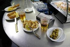 El gasto de los turistas internacionales en España creció en el mes de febrero un 8 por ciento interanual, aunque el gasto medio descendió un 5 por ciento en el mismo periodo, informó el martes el Instituto Nacional de Estadística. En la imagen, y tapas y cervezas en un restaurante en Sevilla, 4 de marzo de 2016. REUTERS/Marcelo del Pozo